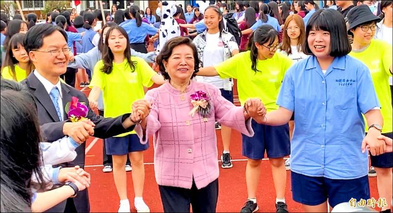 金馬影后陳淑芳(前排中)回母校蘭陽女中,和學生開心跳土風舞。(記者蔡昀容攝)