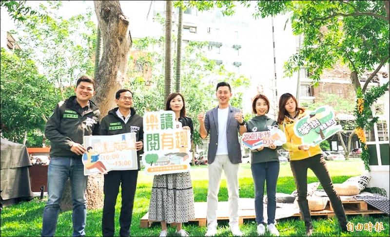 新竹市青少年館昨天啟用,市長林智堅(右三)表示,看到很多爸媽帶孩子來看書,是青少年館開館最美的風景。(記者洪美秀攝)