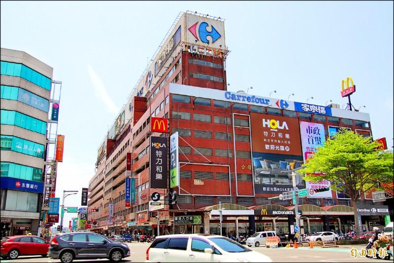 新竹縣政府將在下週二,正式強制拆掉號稱是「竹北最醒目違建」的大樓頂樓違建看板。(記者黃美珠攝)