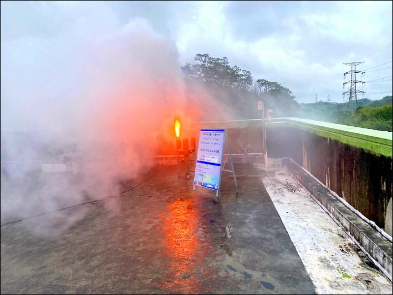 北水局在石門水庫大壩燃放焰劑進行人工增雨。(記者許倬勛翻攝)