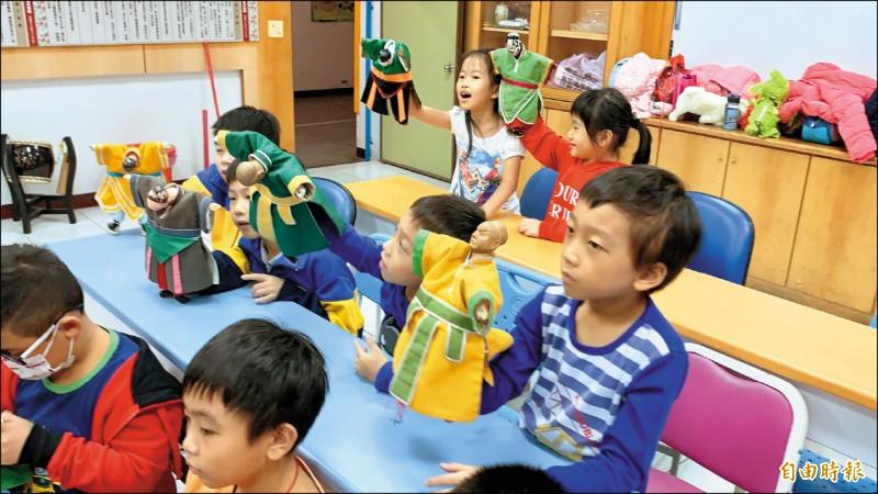 新北市中山國小開設「遊戲中山—布袋戲」課程。(記者周湘芸攝)