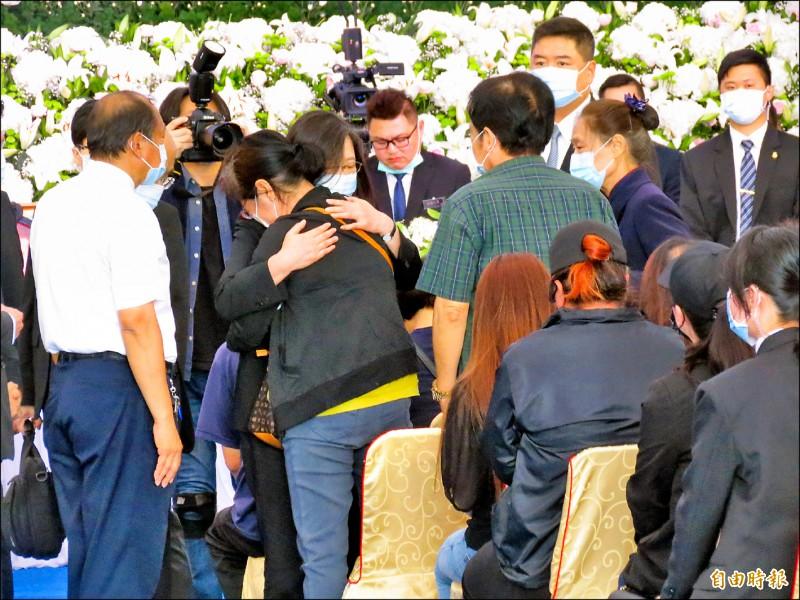 罹難者家屬哭倒在蔡英文總統的肩上。(記者陳賢義攝)
