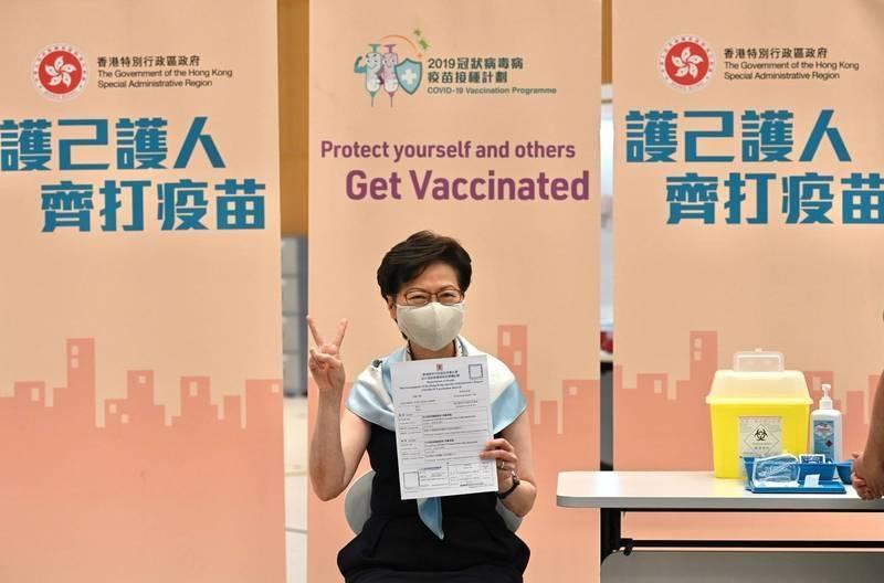 香港特首林鄭月娥3月22日接種科興疫苗第二劑後,比出勝利手勢。(路透檔案照)