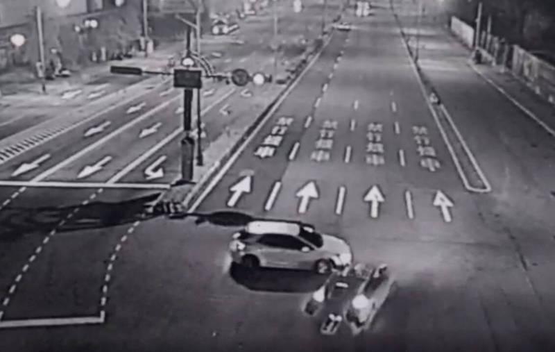 自小客搶快迴轉與對向BMW碰撞。(記者許國楨翻攝)