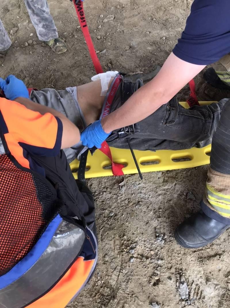 台南永康1名工人從鷹架上墜落,鋼筋插入大腿。(圖由民眾提供)
