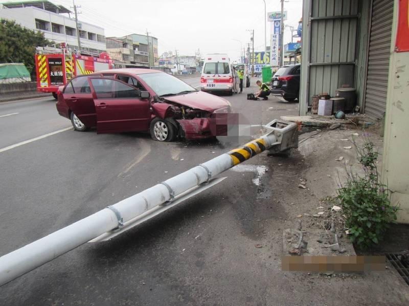 台中市張姓男子,今天清晨駕車行經大肚沙田路2段失控撞斷路邊的路燈桿。(記者陳建志翻攝)