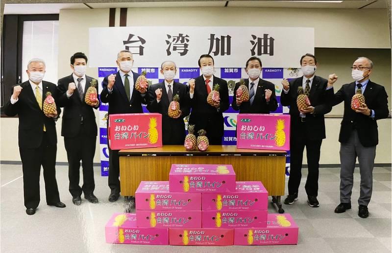 台南市長黃偉哲近日接到日本加賀市長宮元陸的回信,稱讚台南鳳梨加工品豐富,並會繼續支持日本的真正朋友-台灣。(台南市政府提供)