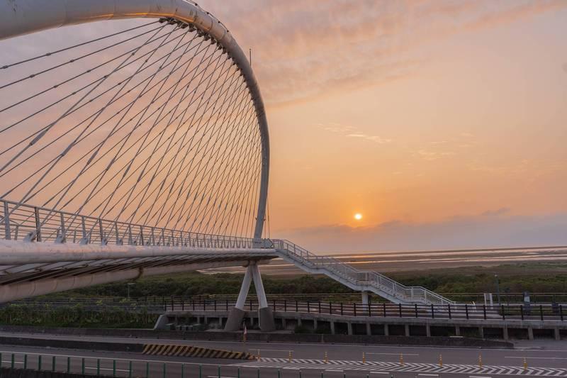 登上日本知名相機品牌年度月曆封面的「豎琴橋」。(市府提供)