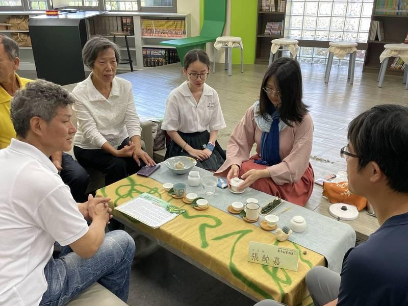 地方學課程中包括品茶儀式。(圖由新北教育局提供)