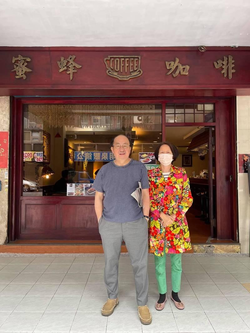 立院民進黨團總召柯建銘(左)與咖啡店老闆娘合影。(記者謝君臨翻攝)