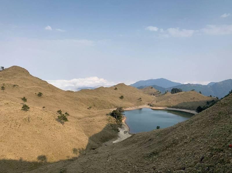 知名高山湖泊七彩湖景色夢幻,萬榮鄉公所協助馬遠村的布農族丹社群劃傳統領域,七彩湖也在範圍中。(萬榮鄉公所提供)
