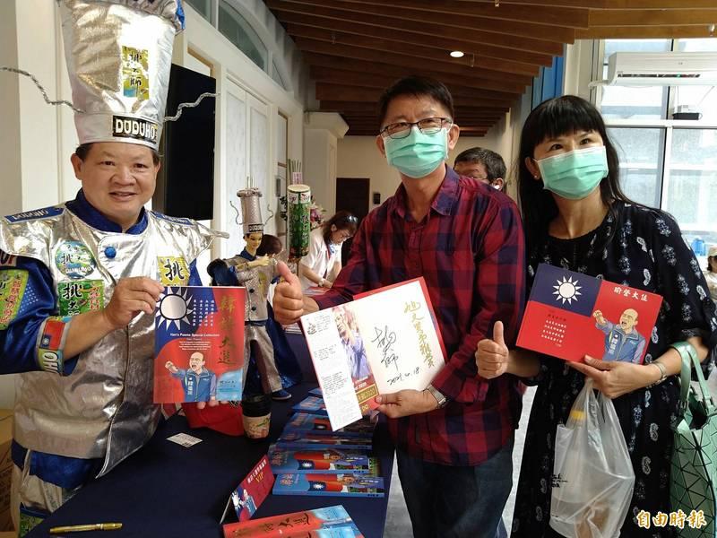挑大師(左)自費出版「韓詩大選」,在台南舉行新書發表會,吸引不少韓粉參加並要求簽名。(記者蔡文居攝)