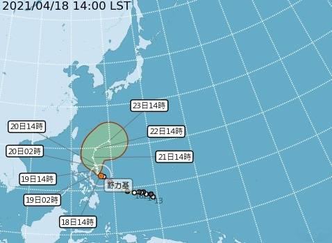 舒力基目前位於恆春東南方約1170公里海面上,目前朝西北往北方向朝台灣靠近,預估週四、週五將轉向東北方向前進。(記者蕭玗欣翻攝)