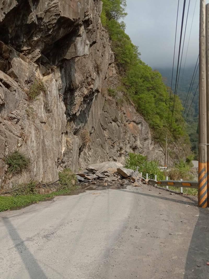 南投縣仁愛鄉鄉道投89線(力行產業道路)今下午坍方,雙向交通中斷。(民眾提供)
