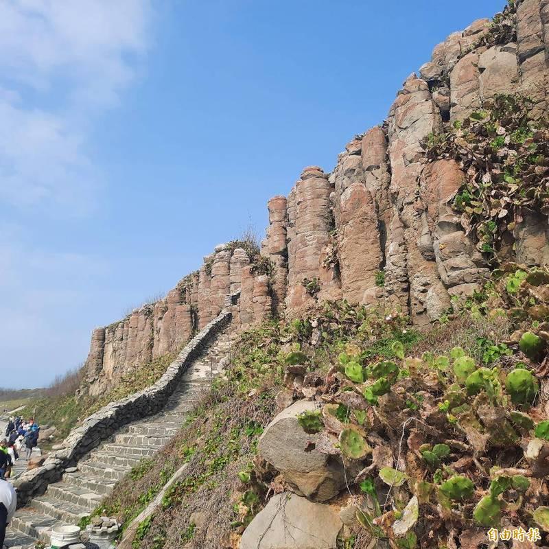 馬公市桶盤嶼擁有世界級壯觀玄武岩美景,吸引遊客目光。(記者劉禹慶攝)