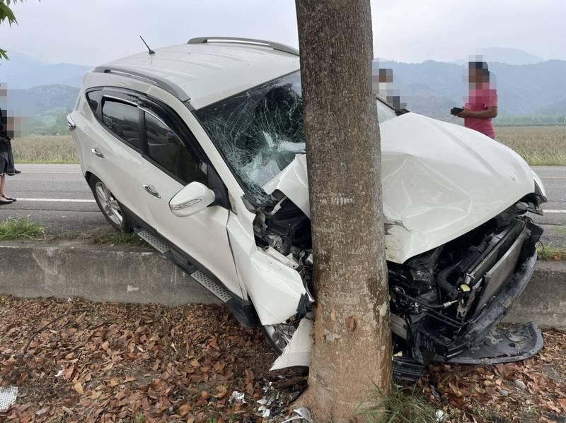 白色轎車閃狗撞路樹造成一家4口和菲籍移工,一死4傷(圖:消防局提供)