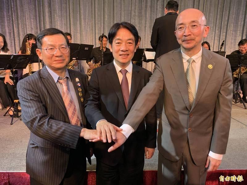 台中牙醫師公會現任理事長黃怡仁(右)交接給蘇祐輝(左),副總賴清德(中)為他們加油打氣。(記者蔡淑媛攝)