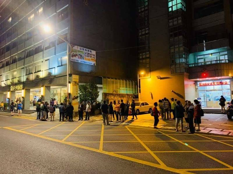 傍晚花蓮二次中型地震,許多遊客都嚇到跑到飯店外面。(記者王錦義翻攝)