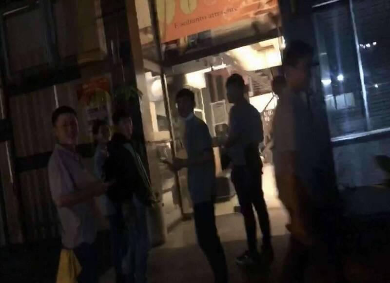 台灣今晚接連發生2起有感地震,其中第2起甚至達到規模6.2,彰化市震度高達4級,有餐廳員工與消費者紛紛奪門而出逃到戶外,直呼:「嚇死人了!」(記者湯世名翻攝)