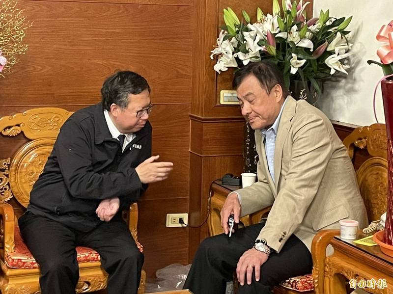 桃園市長鄭文燦及前立法院長蘇嘉全在鎮瀾宮不期而遇。(記者歐素美攝)