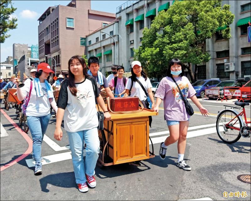 台南古城節昨號召20台復古攤車,重現古早沿街叫賣景象。(記者王姝琇攝)