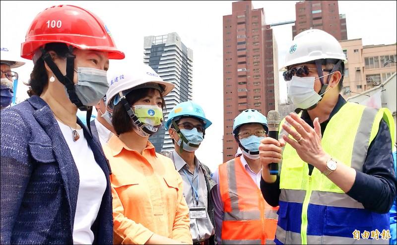 台水董事長胡南澤(右一)向經濟部長王美花(左一)報告工地地下水用水情形。(記者蔡淑媛攝)
