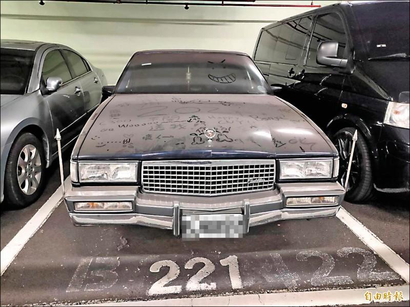 台北市政府府前地下停車場停放一輛凱迪拉克,因久未沒移車,車身積滿灰塵。(記者蔡亞樺攝)