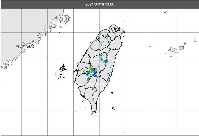 隨著颱風外圍增加熱力不穩定,今在風勢助長下,南部山區出現零星熱對流發展。(圖擷自中央氣象局)
