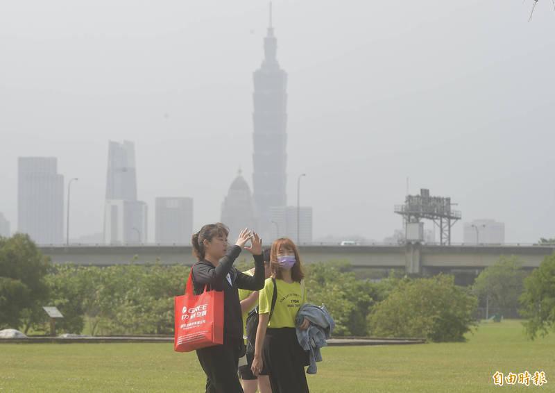 明天各地大致多雲到晴,但北部、中部、雲嘉南、高屏地區空氣品質不佳,請民眾外出注意。(記者簡榮豐攝)