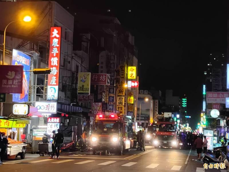 台中市中區中華路夜市深夜傳出民宅火警,3名兒童獲救時無生命跡象,另有多人送醫。(記者張瑞楨攝)