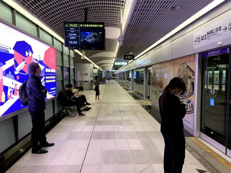 桃園機場捷運地震後全線列車一度暫停行駛。(資料照)