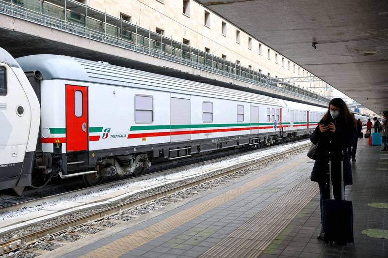 義大利國鐵將在「羅馬-米蘭」提供特殊的高速直達列車服務,乘客必須持武肺篩檢陰性證明,陽性者不得搭乘。(彭博)