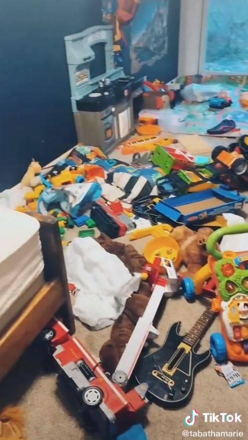 外國1名媽媽瑪麗的5歲兒子,將玩具散落在房間。(圖翻攝自tabathamarie抖音)