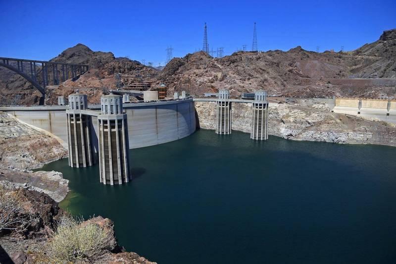 由胡佛大壩攔截科羅拉多河水而成的美國最大水庫米德湖(Mead Lake),預計水位將降至歷史新低,屆時恐發布缺水聲明。(美聯社)