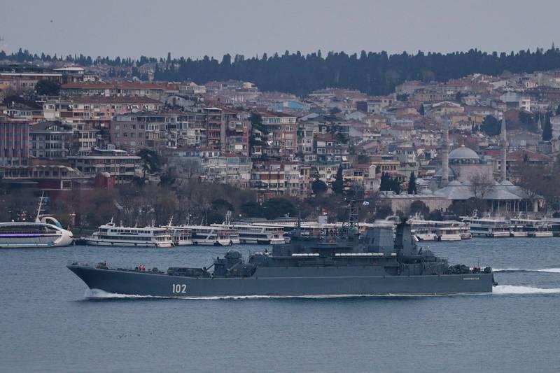 俄軍登陸艦通過博斯普魯斯海峽進入黑海。(路透)
