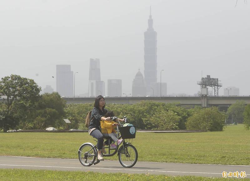 中國北方沙塵暴隨著東北風南下影響北台灣,北台灣及外島地區18日空氣品質較差,環保署呼籲應減少在戶外活動。(記者簡榮豐攝)