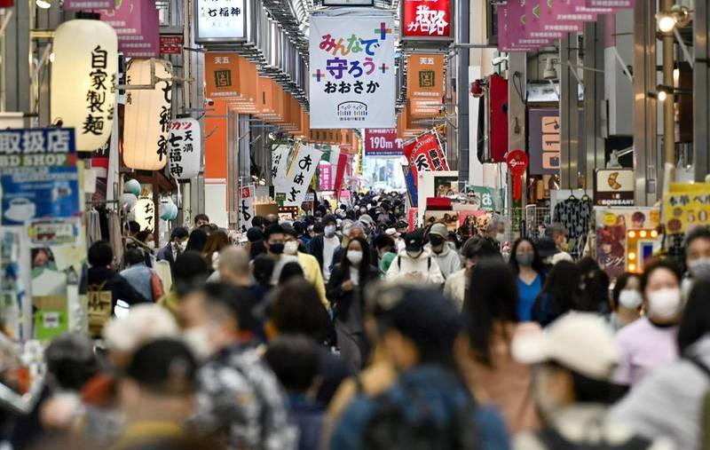 On the 18th, 4,803 confirmed cases across Japan hit a new high since March 21. Osaka Prefecture, where the epidemic is rapidly warming up, has added more than 1,000 cases in a single day for 5 consecutive days. The government has begun to think about issuing an emergency situation three times. The picture shows the streets of Osaka.  (Reuters)