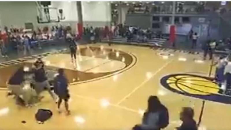 美國高中女籃球場大亂鬥,裁判和觀眾、球員之間發生衝突,主播也順勢地變成摔角播報員。(圖擷自@YoungMantis2推特)