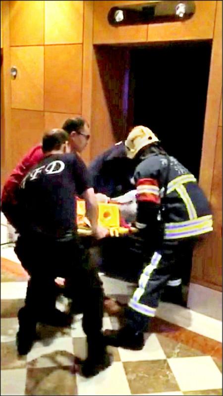 消防人員搶救受重傷鄒男情形。 (資料照)
