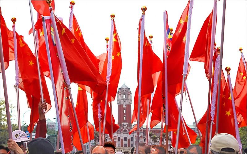 民眾手持五星旗配合中共政治宣傳,法律學者認為,若已妨礙公共安寧秩序,支持修法裁罰。(資料照)