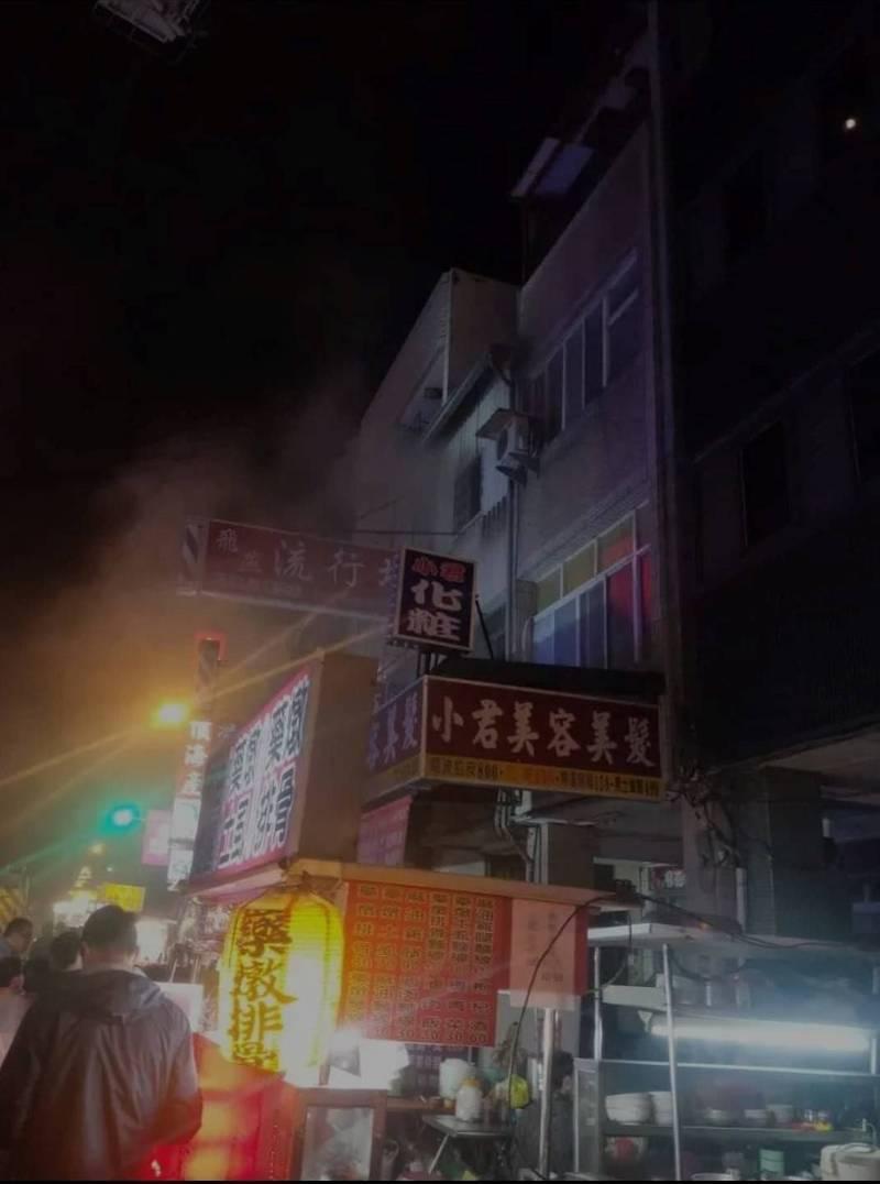 中市中華路火警的火勢不大,卻有3名兒童失去生命跡象。(記者張瑞楨翻攝自爆料公社)