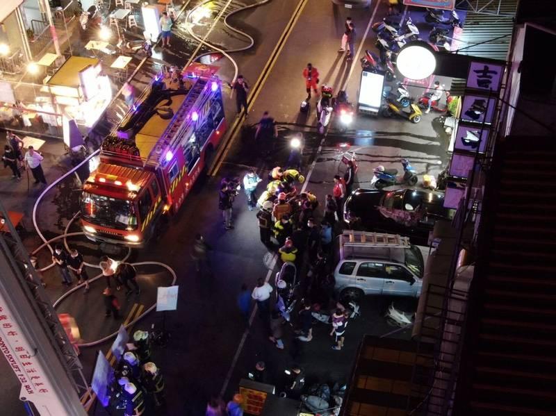 消防員救出3名幼童,在馬路上(圖中)CPR急救。(記者張瑞楨翻攝)