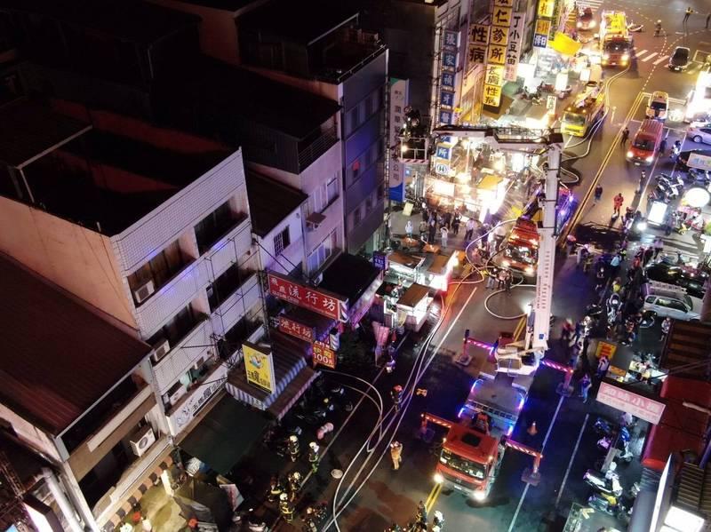 消防員得知3名兒童受困,用雲梯車救人,但已無生命跡象。(記者張瑞楨翻攝)