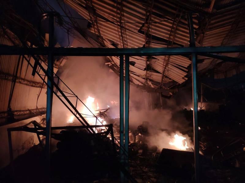 善化陽明路廢棄工廠火警,消防隊救出1人。(民眾提供)