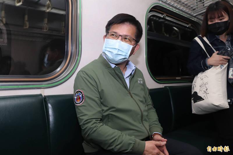 太魯閣事故路段今天通車,交通部長林佳龍到宜蘭站搭首班車。(記者林敬倫攝)