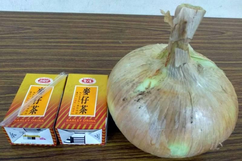 洪姓農友採收的洋蔥像拳頭般大小,令人嘖嘖稱奇。(洪姓農友提供)