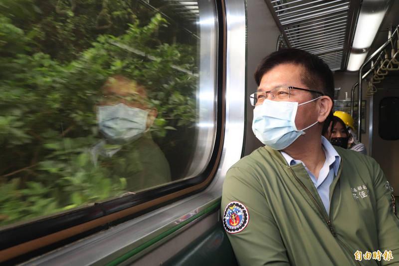 列車經過事故路段,林佳龍如釋重負。(記者林敬倫攝)