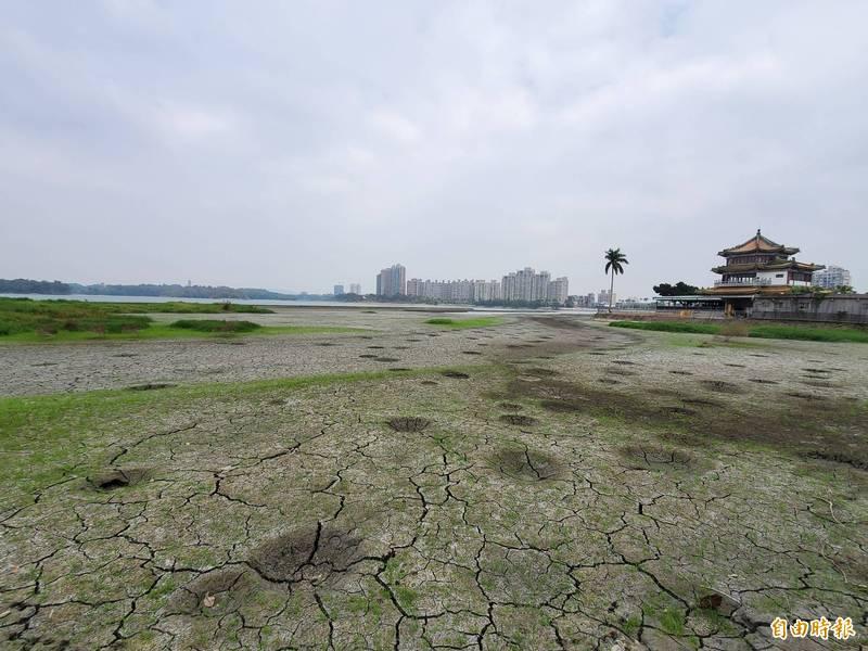高雄澄清湖快乾涸見底,市府開發水源日供12萬噸。(記者陳文嬋攝)