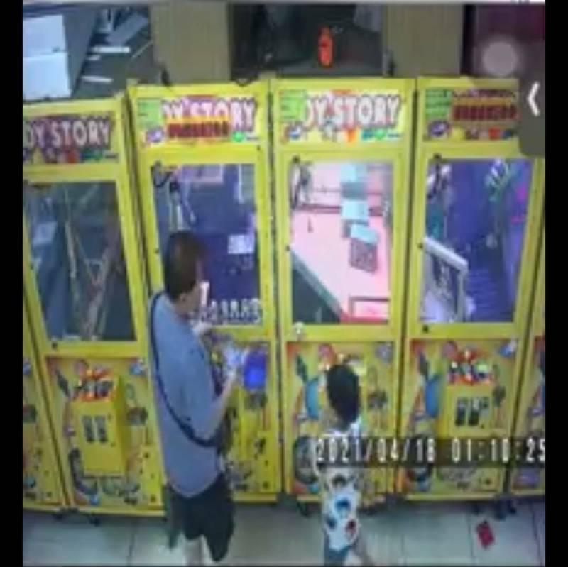 娃娃機台主錢包放台上忘拿走,附近小吃店老闆帶小孩逛逛竟拿走。(取自臉書社團竹南大小事)