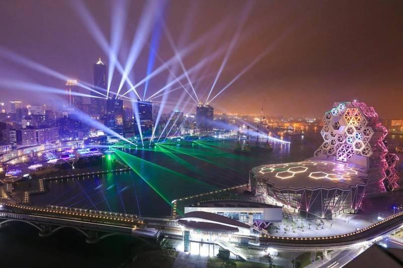 高雄港灣夜景,圖為高雄跨百光年。(高市府提供)